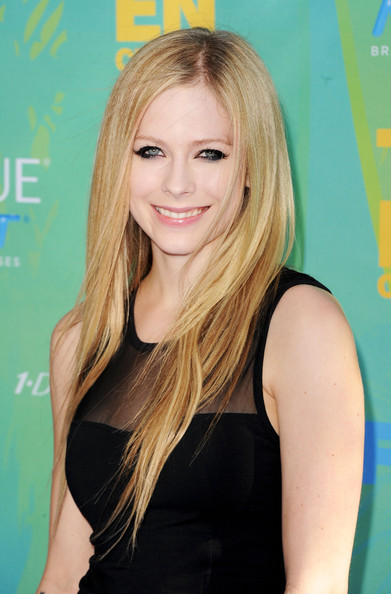 Singer Avril Lavigne arrives at the 2011 Teen Choice Awards held at the Gibson Amphitheatre on August 7, 2011 in Universal City, California.