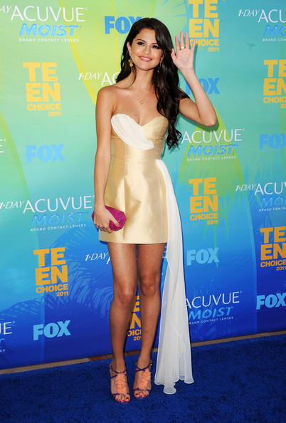 Singer/actress Selena Gomez arrives at the 2011 Teen Choice Awards held at the Gibson Amphitheatre on August 7, 2011 in Universal City, California.