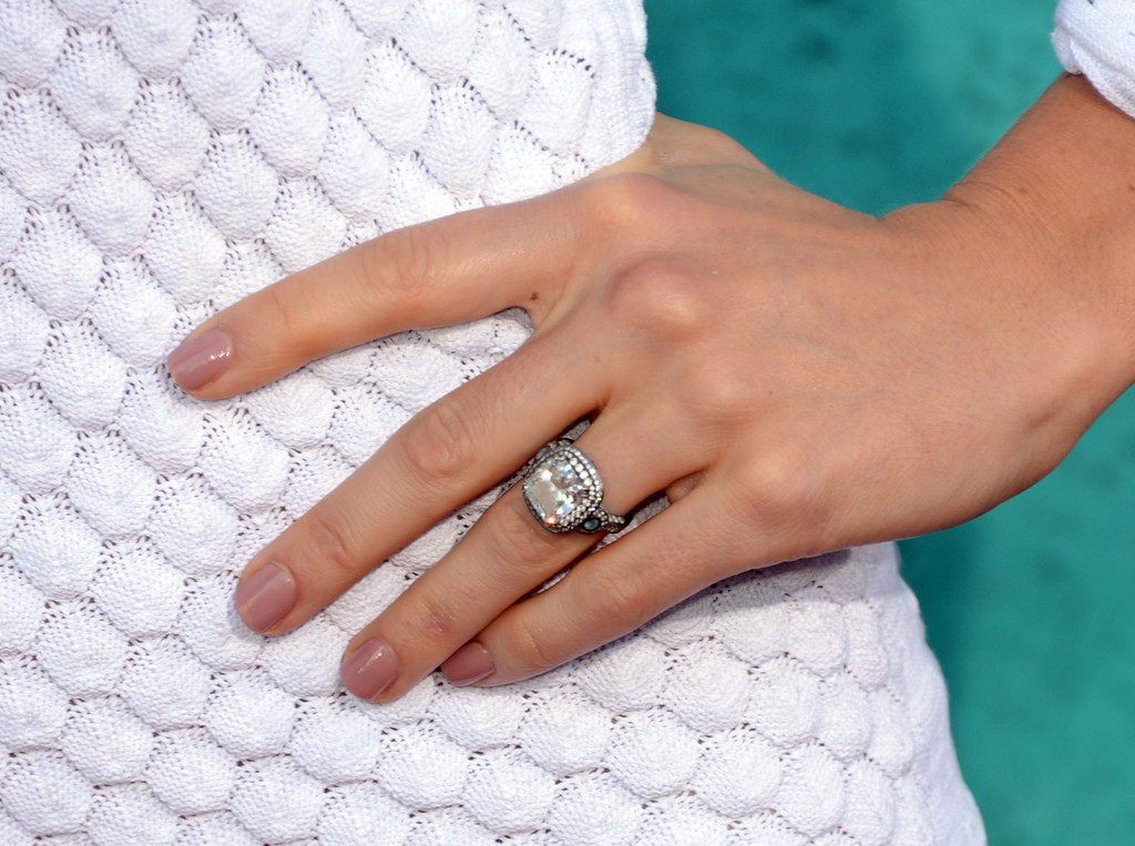 her engagement ring cost a pretty penny 21 things you don 39 t know about jessica biel zimbio. Black Bedroom Furniture Sets. Home Design Ideas