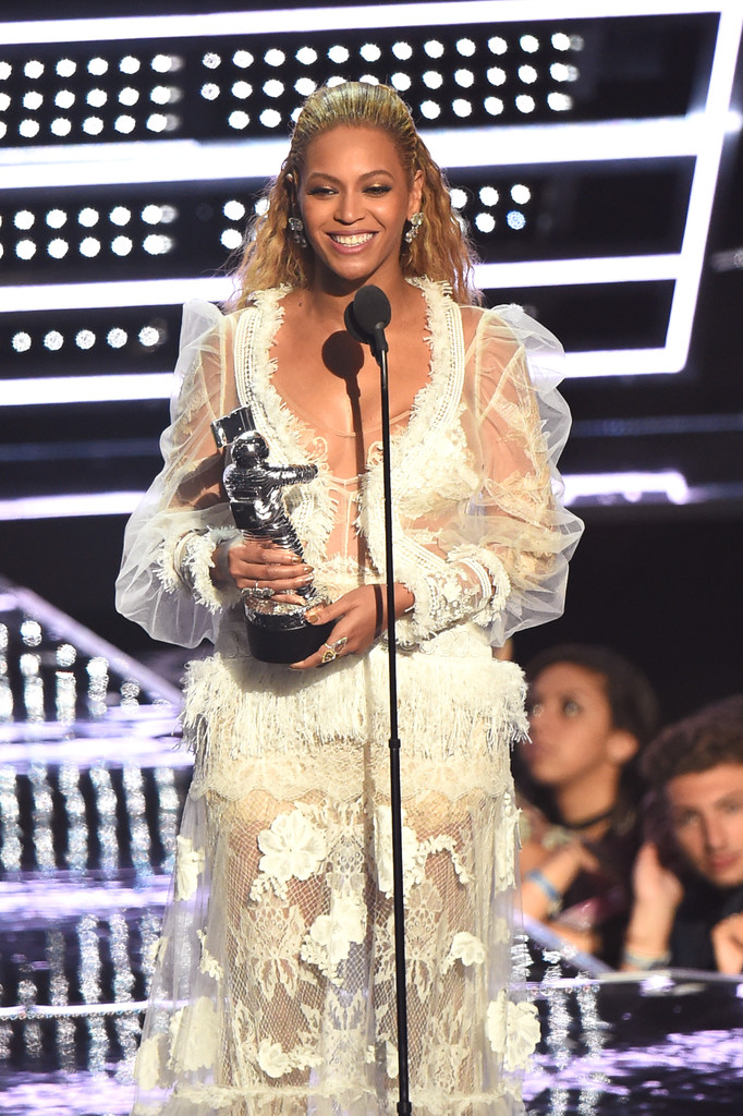 Jimmy Fallon Presented Beyoncé an Award at the MTV VMAs Dressed as Ryan Lochte