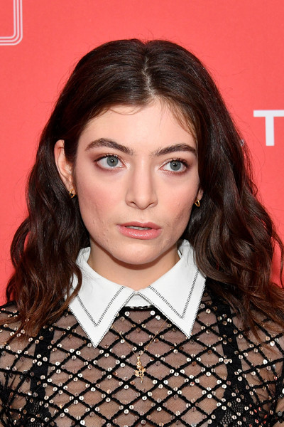 Lorde wore her hair down in a center-parted wavy style at the 2018 MusiCares Person of the Year.