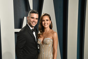 (L-R) Cash Warren and Jessica Alba attend the 2020 Vanity Fair Oscar Party hosted by Radhika Jones at Wallis Annenberg Center for the Performing Arts on February 09, 2020 in Beverly Hills, California.