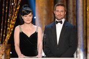 Actors Pauley Perrette (L) and Josh Holloway speak onstage during the 20th Annual Screen Actors Guild Awards at The Shrine Auditorium on January 18, 2014 in Los Angeles, California.