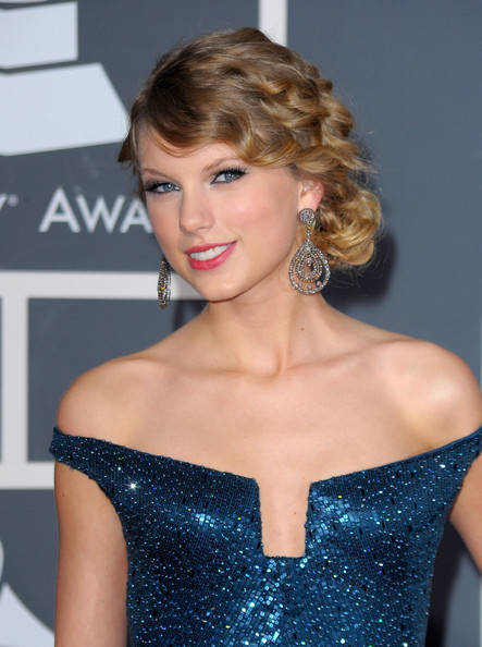 hairstyles taylor swift. Taylor Swift#39;s low chignon is