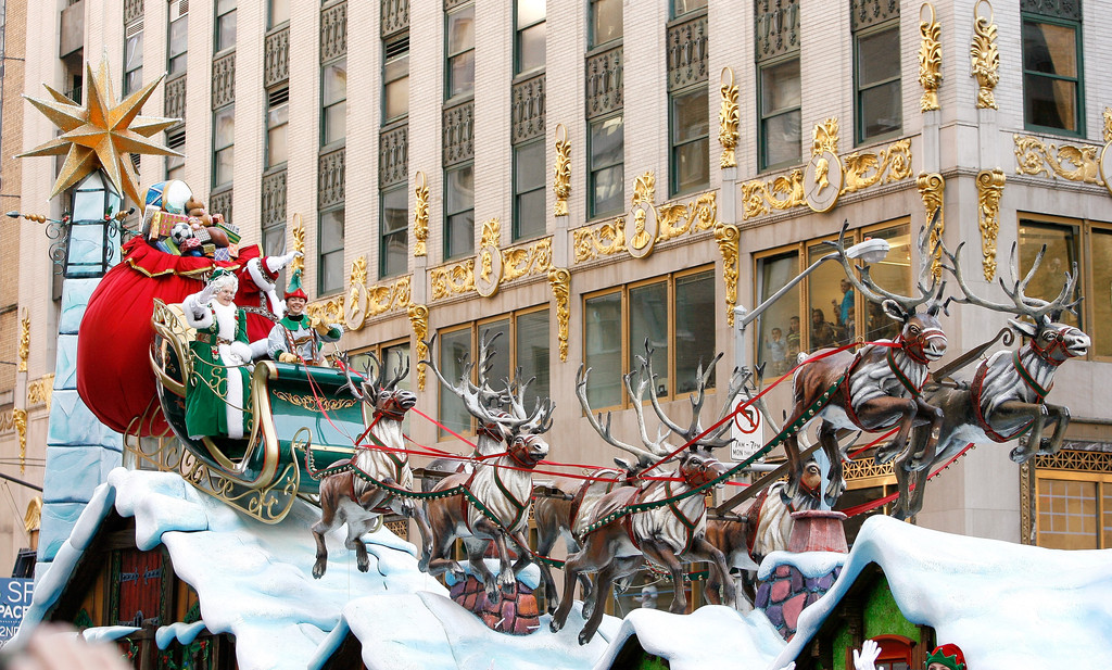 Santa claus in 86th annual macy 39 s thanksgiving day parade for Christmas day in new york