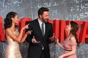 US actress Cynthia Addai-Robinson (L), US actress Anna Kendrick (R) and US actor Ben Affleck pose for photographers on the red carpet as they arrive for the European Premiere of the film The Accountant in London on October 17, 2016. / AFP / DANIEL LEAL-OLIVAS