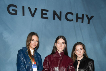 Alana Haim Givenchy : Photocall - Paris Fashion Week Womenswear Spring/Summer 2019
