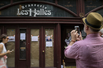 Anthony Bourdain Mourners Leave Flowers At Anthony Bourdain's Former Restaurant, After His Suicide Death