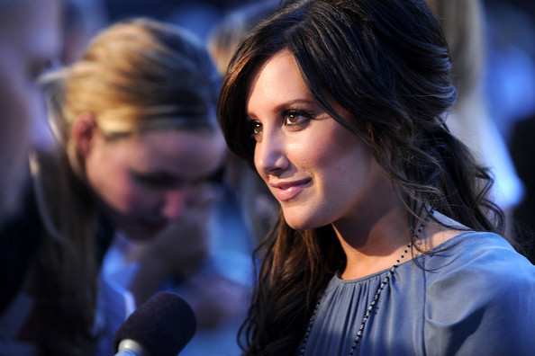 http://www4.pictures.zimbio.com/gi/Ashley+Tisdale+Fashion+Night+Out+Show+Arrivals+YP65zGAZbIml.jpg