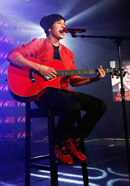 Austin Mahone Photos Photos - Z100 Hosts A Live Chat And ...
