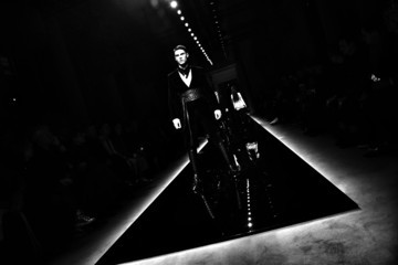 Baptiste Giabiconi Balmain : Runway - Paris Fashion Week - Menswear F/W 2016-2017