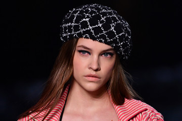 Barbara Palvin Chanel Cruise 2018/2019 Collection : Runway