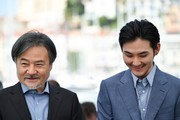 Japanese director Kiyoshi Kurosawa (L) and Japanese actor Ryuhei Matsuda pose on May 21, 2017 during a photocall for the film 'Before We Vanish (Sanpo suru Shinryakusha)' at the 70th edition of the Cannes Film Festival in Cannes, southern France.  / AFP PHOTO / Alberto PIZZOLI