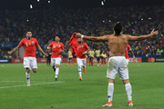 Alexis Sanchez of Chile celebrates with teammates after scoring the winning penalty during a shootout after the Copa America Brazil 2019 quarterfinal match between Colombia and Chile at Arena Corinthians on June 28, 2019 in Sao Paulo, Brazil.