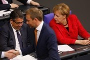 Christian Lindner (C), leader of the free democratic FDP party, walks past German Chancellor Angela Merkel (R) and German Vice Chancellor and Foreign Minister Sigmar Gabriel (L) at the beginning of a session at the Bundestag (lower house of parliament) on November 21, 2017 in Berlin. / AFP PHOTO / Odd ANDERSEN