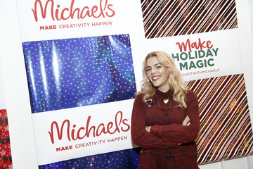 Busy Philipps Jolly Holly Holiday Crafternoon With Busy Philipps Presented By Michaels