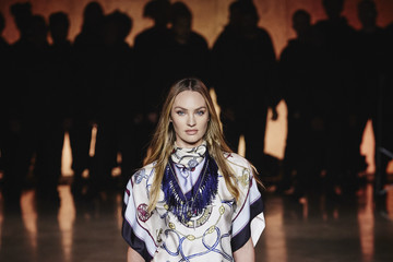 Candice Swanepoel TOMMYNOW London Spring 2020 – Runway