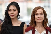 South Korean actress Kim Min-hee (L) and French actress Isabelle Huppert pose on May 21, 2017 during a photocall for the film 'Claire's Camera (Keul-Le-eE-Ui-Ka-Me-La)' at the 70th edition of the Cannes Film Festival in Cannes, southern France.  / AFP PHOTO / Alberto PIZZOLI