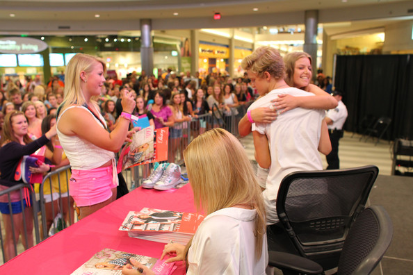 Cody simpson and alli simpson photos photos cody simpson meet and cody simpson meet and greet at the mall of america m4hsunfo