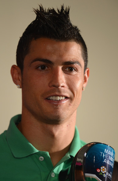 http://www4.pictures.zimbio.com/gi/Cristiano+Ronaldo+Post+Match+Press+Conferences+Kp-dieevrFgl.jpg