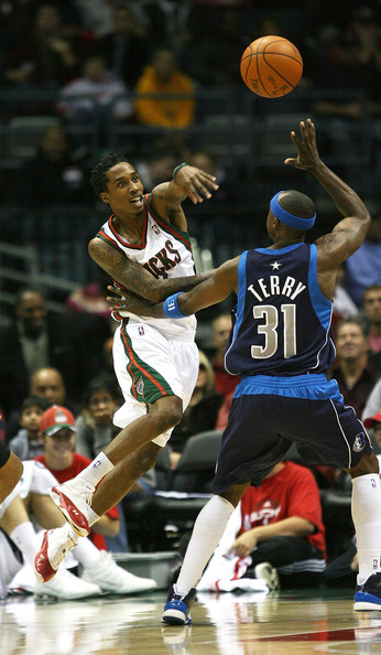 http://www4.pictures.zimbio.com/gi/Dallas+Mavericks+v+Milwaukee+Bucks+0Z2oWv009GTl.jpg