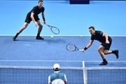 Britain's Jamie Murray (L) covers the baseline as his partner Brazil's Bruno Soares (R) returns against USA's Bob Bryan and USA's Mike Bryan during their men's doubles match on day two of the ATP World Tour Finals tennis tournament at the O2 Arena in London on November 13, 2017. / AFP PHOTO / Glyn KIRK