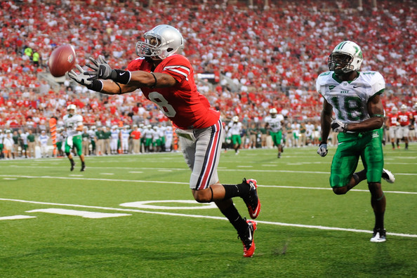 Ohio State University wide receiver DeVier Posey (R) runs by Marshall University defensive back Rashad Jackson (L) during the first quarter of their NCAA football game in Columbus, Ohio, September 2, 2010. REUTERS/Matt Sullivan (UNITED STATES - Tags: SPORT FOOTBALL)