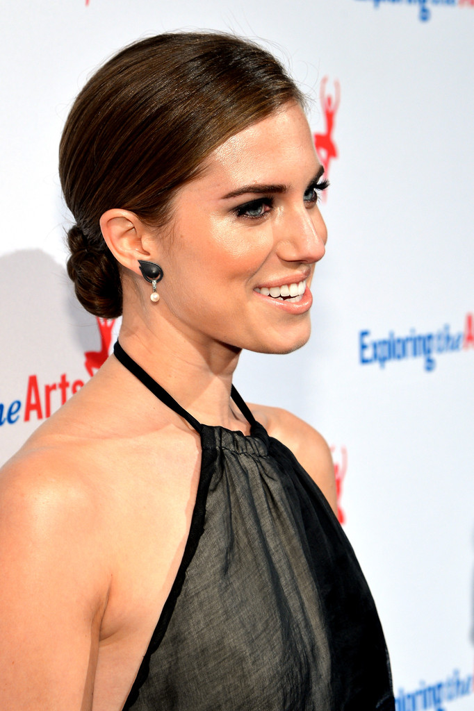 Hair Envy of the Day: Allison Williams' Non-Boring, Basic Bun