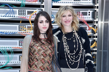 Frances Bean Cobain Chanel : Front Row  - Paris Fashion Week Womenswear Spring/Summer 2017