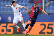 AS Roma's forward Diego Perotti from Argentina (L) fights for the ball with Genoa's midfielder Adel Taarabt from Morocco during the Italian Serie A football match Genoa Vs AS Roma on November 26, 2017 at the 'Luigi Ferraris' Stadium in Genoa.  / AFP PHOTO / MARCO BERTORELLO