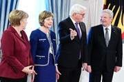 German Foreign Minister Frank-Walter Steinmeier (2R) stands between German President Joachim Gauck (R) and Gauck's partner Daniela Schadt (2L) next to German Chancellor Angela Merkel (L) during the President's New Year's reception on January 10, 2017 at the presidential Bellevue Palace in Berlin. / AFP / Tobias SCHWARZ