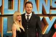 Anna Faris and actor Chris Pratt (R) pose for a photograph upon arrival at the European Gala screening of 'Guardians of the Galaxy Vol. 2' in London on April 24, 2017.  / AFP PHOTO / Daniel LEAL-OLIVAS
