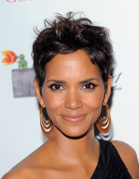 http://www4.pictures.zimbio.com/gi/Halle+Berry+2011+FiFi+Awards+Backstage+S1t6BcEhaaVl.jpg