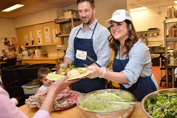 Harper Renn Smith Tiffani Thiessen Volunteering At Downtown Women's Center In Los Angeles As A Part Of The Feeding America Pledge To Volunteer Campaign