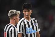 Newcaste's new free signing Sung-Yeung Ki (r) chats with Matt Ritchie during a pre-season friendly match between Hull City and Newcastle United at KCOM Stadium on July 24, 2018 in Hull, England.