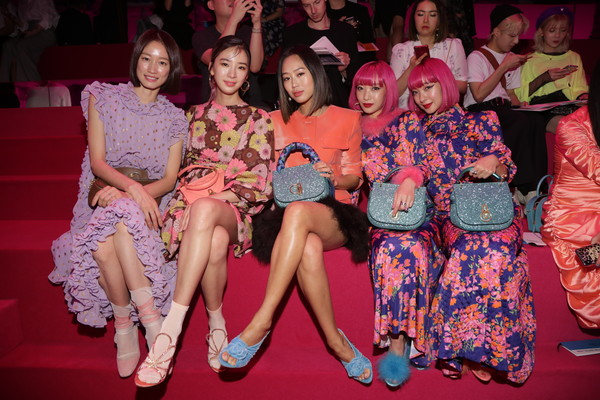 Mulberry A/W 18 Event - Seoul [event,fashion,party,performance,ceremony,stage,thigh,fashion design,model park sera,ami suzuki,aya suzuki,irene kim,aimee song,seoul,mulberry a,museum,event,event]
