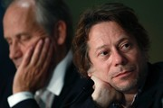 French actor Hippolyte Girardot (L) and French actor Mathieu Amalric attend on May 17, 2017 a press conference for the film 'Ismael's Ghosts' (Les Fantomes d'Ismael) ahead of the opening ceremony of the 70th edition of the Cannes Film Festival in Cannes, southern France.  / AFP PHOTO / Laurent EMMANUEL