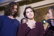 Amanda Knox speaks to the media during a brief press conference in front of her parents' home March 27, 2015 in Seattle, Washington. Knox and Raffaele Sollecito have been acquitted by Italy's highest court in the murder of British student Meredith Kercher, who was killed in her bedroom on November 1, 2007 in Perugia. Standing with Knox are her fiance Colin Sutherland and mother, Edda Mellas.