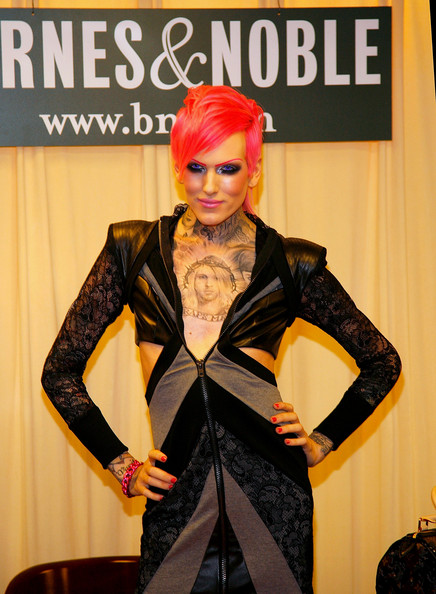 Jeffree Star Kat Von D Signs Copies Of The Tattoo Chronicles October