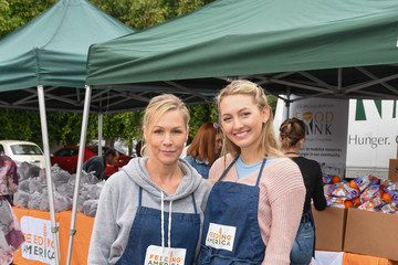 Jennie Garth Luca Bella Facinelli Feeding America And Los Angeles Regional Food Bank Team Up To Host A Special Volunteer Event For Mother's Day