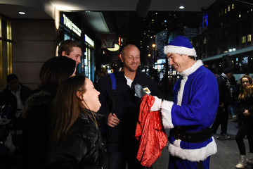 Jerry O'Connell Jerry O'Connell Plays Holiday Movie Trivia with Fans in New York City