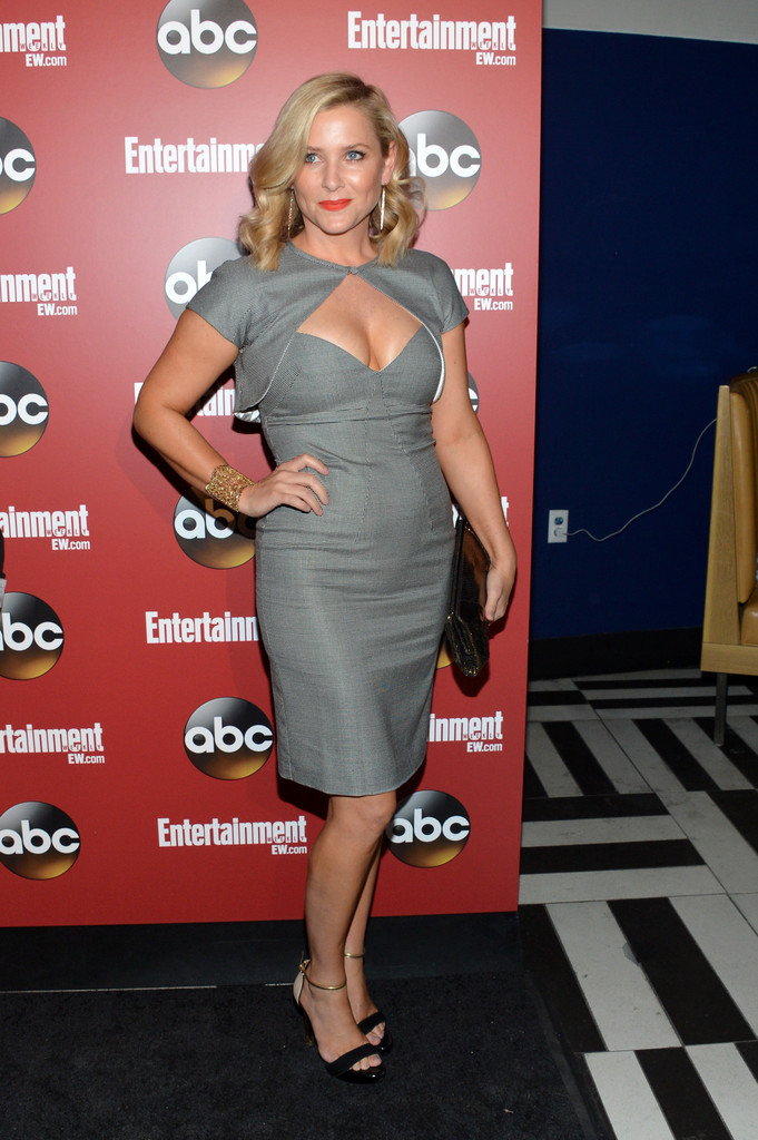 http://www4.pictures.zimbio.com/gi/Jessica+Capshaw+Celebs+Attend+Upfronts+Party+C-RG2mrIhydx.jpg