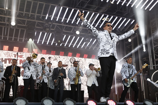 """ABC's """"Jimmy Kimmel Live"""" - Season 15 [jimmy kimmel live,season,performance,stage,event,stage equipment,performing arts,pop music,crowd,concert,music,talent show,jimmy kimmel,guests,comedians,lineup,est,human-interest subjects,abc,weeknight]"""