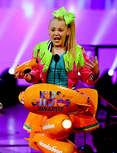 JoJo Siwa winning a Kids Choice Award