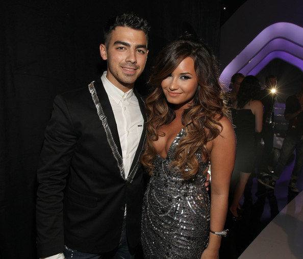 Joe Jonas and Demi Lovato - 2011 MTV Video Music Awards - Red Carpet