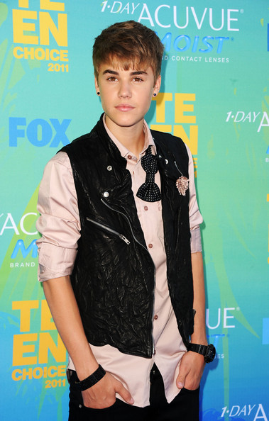 Justin Bieber Singer Justin Bieber arrives at the 2011 Teen Choice Awards held at the Gibson Amphitheatre on August 7, 2011 in Universal City, California.
