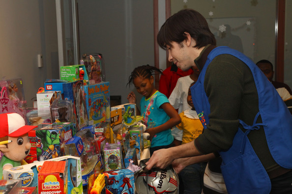Toys For The Homeless : Justin long helps quot toys of hope distribute to