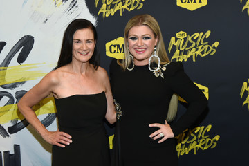 Kelly Clarkson 2018 CMT Music Awards - Red Carpet