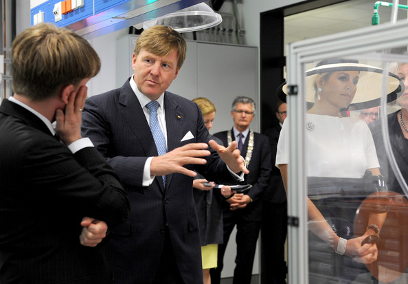 (L-R) Dutch King Willem-Alexander talks to the institute's director Carsten Agert during their visit of the EWE research center's laboratory 'Next Energy' on May 26, 2014 in Oldenburg, Germany.
