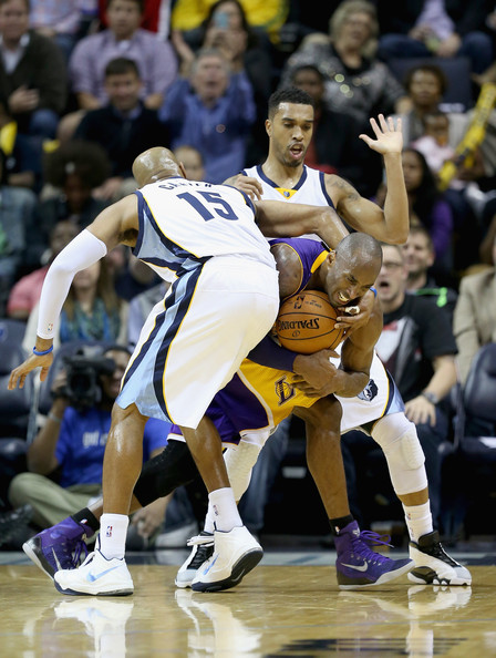 Los Angeles Lakers v Memphis Grizzlies [basketball,sports,basketball player,ball game,player,tournament,basketball moves,team sport,sport venue,kobe bryant,vince carter,courtney lee,defense,los angeles lakes,fedexforum,memphis,memphis grizzlies,los angeles lakers,game]